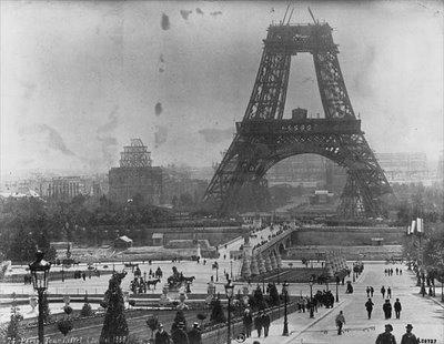 Construyendo la Torre Eiffel, en una imagen procedente de myeiffel.blogspot.com