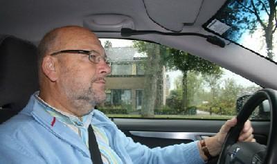 Hans Monderman, conduciendo con cuidado en septiembre de 2007 (Foto procedente de streetsblog.org)