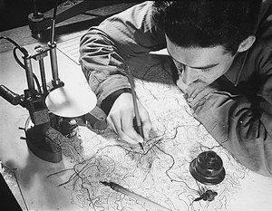 Imagen procedente de geodesia.ufsc.br/wikidesia, titulada: Um cartógrafo no seu trabalho (1943)