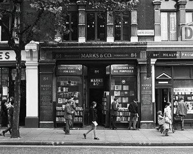 Una foto de los años 60, muy divulgada, del acceso y escaparates de la librería londinense Marks&Co., en 84, Charing Cross Road, ya desaparecida (tomada de fausto.balearweb.net).