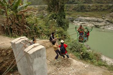Un ejemplo de tecnología intermedia. Teleférico desarrollado en el pueblo de Mahestar, en Katmandú (imagen procedente de practicalaction.org).