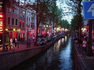 Una imagen del barrio rojo de Amsterdam en el verano de 2003 (foto de Bjarki Sigursveinsson, procedente de Wikipedia.com)