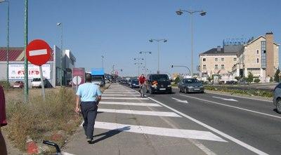 Peatones y ciclistas circulando de mala manera en la Avenida de Gijón-Carretera de León, Valladolid, 8 de septiembre de 2009 (foto: J. Gigosos).