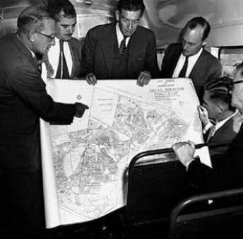 El título de la foto es: Los arquitectos del Apartheid discuten la formación de un bantustán (del Apartheid Museum archives, procedente de wikipedia.org)