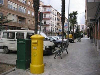 Buzón de correos en una calle de Jaén, 2005. Unos metros más adelante, a la derecha, se ve una papelera (foto de Michelangelo-36, publicada en wikipedia.org).