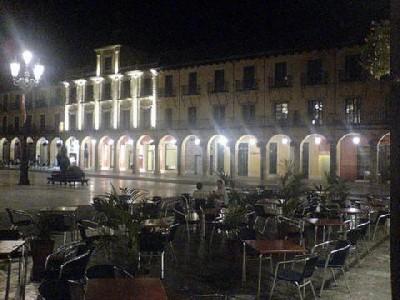 La Plaza Mayor, de noche. Imagen procedente de castilla-y-leon.iberiarural.es