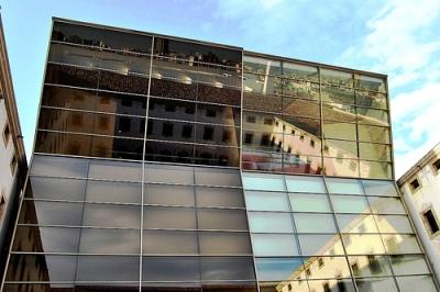 Dualidades y reflejos en el patio del CCCB de Barcelona (foto de javier1949, cargada el 15 de marzo de 2009 en flickr.com/photos/javier1949/3358191790).