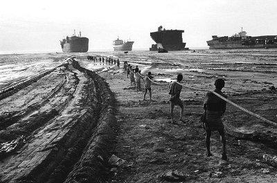 Trabajadores de miseria desguazando barcos en las playas de Chittagong, Bangladesh. (Imagen procedente de forocoches.com, vista en el blog de basurama.org)