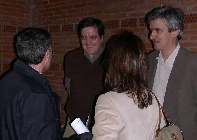 De frente, y de izquierda a derecha, Javier Gutiérrez y José Luis Sáinz Guerra. De espaldas, y de izquierda a derecha,  Manuel Sánchez y Cristina Vidal, concejales del Ayuntamiento de Valladolid, al concluir la conferencia del primero. (Foto: MS).