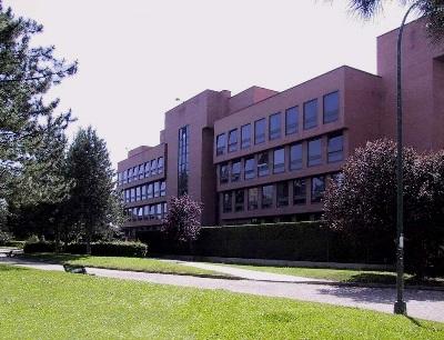 Fachada de la Escuela de Arquitectura de Valladolid que abre a la Avenida de Salamanca (imagen procedente de ventilación.uva.es)