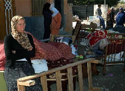 En la calle. Fotografía de la mujer de Abdel, sentada, después de la demolición de su casa en la Cañada Real Galiana de Madrid (autor: José Ramón Aguirre; publicada en El País, 18-10-2007).