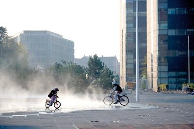 Jugando con los difusores de agua de Solbjerg Plads (imagen procedente de dac.dk/db/filarkiv; foto de Jens Lindhe)