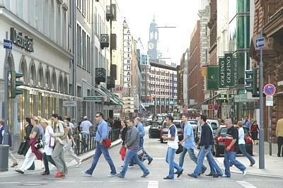 Gente atravesando una calle de Hamburgo (imagen procedente de hamburgcityguide.com).