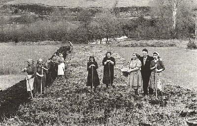 """""""Trabajando la tierra"""". Galicia, años 50. Fotografía de Virxilio Vieitez (procedente de forcarei.net)."""