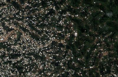 A la izquierda, el centro de Libreville. A la derecha, el bosque (imagen extraída de Google Earth).