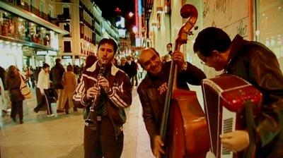 """Un grupo de músicos en la calle Preciados de Madrid (captura del vídeo de G. Querejeta titulado """"¿La ciudad mata?"""", de La ciudad en ciernes, 2006)"""
