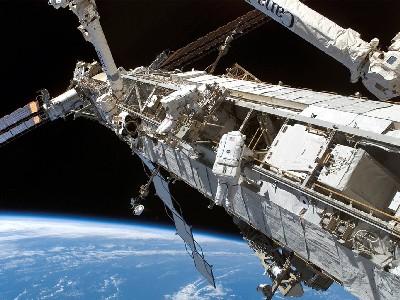 Vista de la Estación espacial internacional, con dos astronautas de paseo. (La imagen la hemos tomado de texasjim.com).