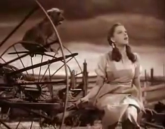 Fotograma de The Wizard of Oz (Victor Fleming, 1939). Dorita (Judy Garland) canta Over the rainbow.