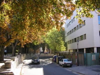 Nuevas edificaciones junto a la muralla de Burgos. Una imagen del Paseo de los Cubos en el verano de 2007 (Foto: Denia Calleja)