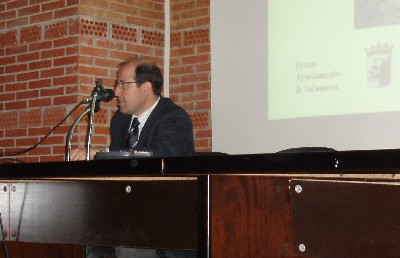 Eugenio Corcho en los primeros minutos de su conferencia. (Foto de autor desconocido)