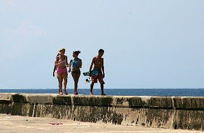 Paseando por el malecón. La Habana, 2005 (Foto de Michaval publicada en pbase.com/michaval/cubanos)