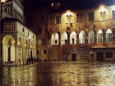 Piazza del Duomo, de Pistoia, Toscana, en una noche lluviosa (foto procedente de welcometuscany.it)