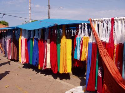 Los puestos de hamacas en la Praça da Matriz destacan por su colorido, en Santarém (fotografía de R. Valbuena, realizada el 15 de marzo de 2005).