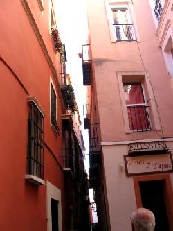Calle del beso, barrio de Santa Cruz, Sevilla (imagen de gloriaalvarezcadavid, incluida en un álbum de picasaweb.google)