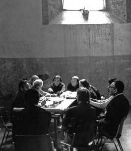 Team 10 en Spoleto, 1976. De izquierda a derecha:  De Carlo, P. Smithson, Van Eyck, Richards, Guedes, A. Smithson y Coderch. Foto de Sandra Lousada.