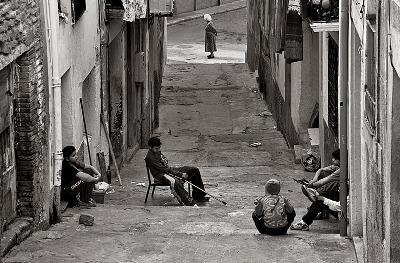 Una calle del centro de Tortosa, Tarragona (Foto de Nuria, mayo 2007, publicada en ojodigital.com, titulada el-presente-y-el-pasado-conviviendo).