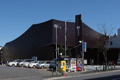Za-Koenji Public Theatre, en Suginami-ku, Tokio, diseñado por Toyo Ito & Ass. En 2009 (foto de Wiiii en wikimedia.org; tamaño original de 800 x 533 píxeles)