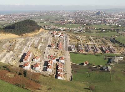 Vista de la urbanización del Alto del Cuco, Piélagos, Santander (fotografía de Santos Cirilo publicada en El País, 11 de abril de 2008).