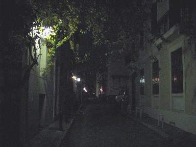 Una calle de Anafiotika, el pequeño barrio de Atenas a los pies de la Acropolis (imagen de travelintoromania.blogspot.com)