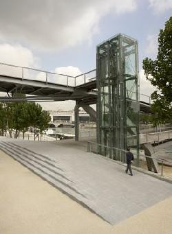 Ascensor de acceso al puente peatonal Simone de Beauvoir. París, 2006. Proyecto (y foto) de Feichtinger Architectes.