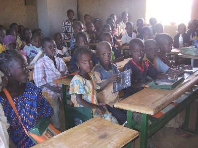 Un aula escolar en Dinguila Peulh, Burkina Faso, 2007 (imagen procedente de amaif.com)