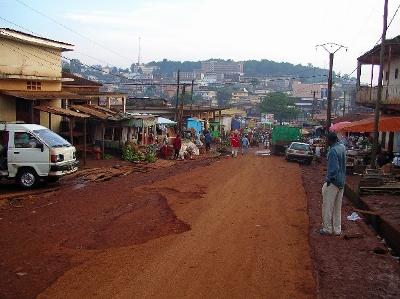 Una calle de Bafoussam (imagen procedente de ibike.org/bikeafrica/cameroon/west/2007)