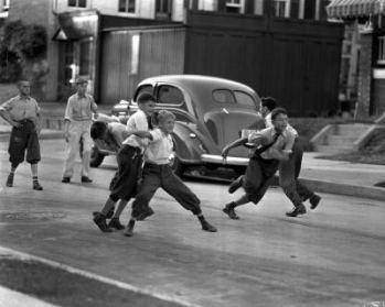Muchachos jugando en una calle de Baltimore (foto de Harry B. Leopold, 1920-1940, procedente de library.jhu.edu/about/news/exhibits/leopold.html)
