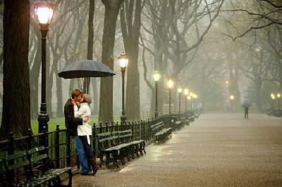 The proposal in the park in the rain... (Fotografía de José Luis Ávila Herrera procedente de i164.photobucket.com)