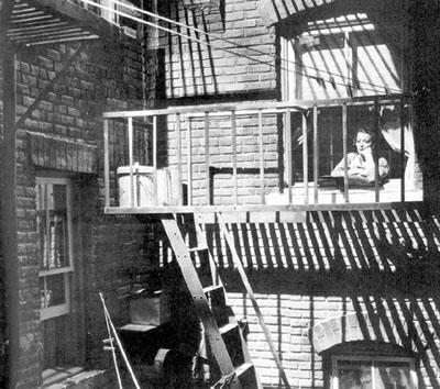 Fotograma de la película Dead End (Callejón sin salida, de William Wyler, 1937), con Sylvia Sidney en la ventana