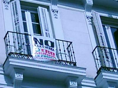 Vista de un balcón de la Glorieta de Bilbao en Madrid, adornado con una pancarta (procedente de bloj.net)