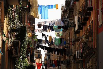 Ropa tendida en los vicos que desembocan en el Decumano Maggiore de Nápoles, 2008 (imagen procedente de carloscarreter.files.worpress.com)