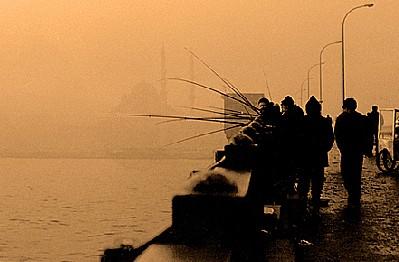 Pescadores en el puente de Galata (foto procedente de aslialin.com)