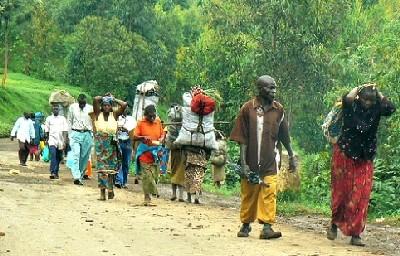 """Brazzaville, República del Congo: """"Camino del mercado, en el borde de la carretera: descubra la diferencia de género"""" (Imagen incluida en el thiswayplease.com)."""