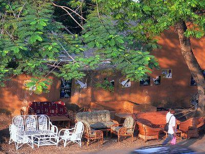 Exposición de una tienda de muebles en una calle de Libreville, Gabón (imagen procedente de commons.wikimedia.org).