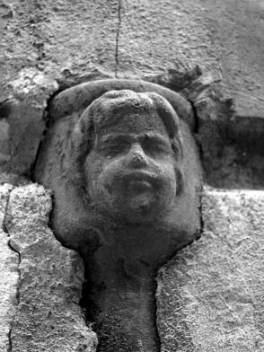 Una cara en una bajante de Alcoy, Alicante, que se resiste a la ocultación (foto de Menes on the rock, 2006, procedente de flickr.com).