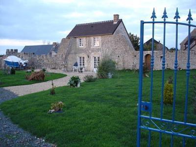 Una antigua casa en alquiler o parta intercambio, situada a 400 m de la playa, en Normandía (imagen procedente de intercambiocasas.com)