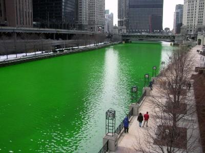 El río Chicago, a su paso por Chicago, teñido de verde (imagen procedente de laury86.files.wordpress.com)