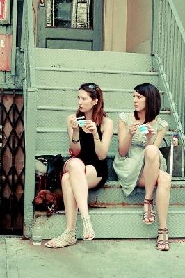 Dos mujeres comiendo un helado en Nueva York (imagen procedente de hellonewyork.files.wordpress.com)