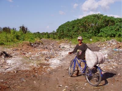 Un niño se dirige a una de las empresas que transforma plásticos de desecho en la ciudad. Plásticos que ha conseguido hallar en el desactivado vertedero de Cucurunã (fotografía de Rubén Valbuena, 29 de julio de 2005).