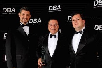 """Ulpiano González, propietario de Diursa, recibiendo el premio de la Developers & Builders Alliance por su """"aporte a la calidad de vida de la sociedad"""" (Fuente: El Norte de Castilla, 21-11-2007)."""